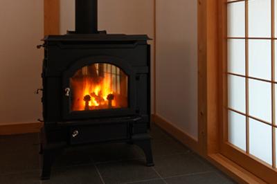 リビングの薪ストーブ。これ一台で家ごと十分な暖が取れる。