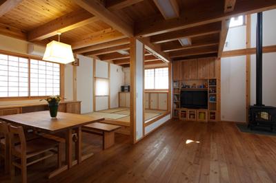 リビングとダイニング。造り付け家具も大工が施工。